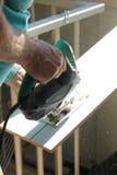 Ξυλουργός που εργάζεται με το ηλεκτρικό τορνευτικό πριόνι Στοκ φωτογραφία με δικαίωμα ελεύθερης χρήσης