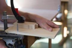 Ξυλουργός που εργάζεται με το τορνευτικό πριόνι Στοκ φωτογραφία με δικαίωμα ελεύθερης χρήσης