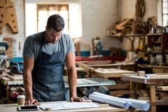 Ξυλουργός που εργάζεται στην τέχνη του Στοκ φωτογραφίες με δικαίωμα ελεύθερης χρήσης