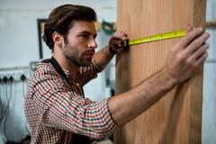 Ξυλουργός που εργάζεται στην τέχνη του Στοκ εικόνες με δικαίωμα ελεύθερης χρήσης