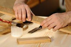 Ξυλουργός που κολλά τα κομμάτια του ξύλου από κοινού Στοκ εικόνα με δικαίωμα ελεύθερης χρήσης