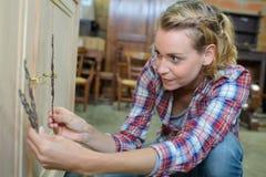 Ξυλουργός που τελειώνει το μοντέρνο ξύλινο γραφείο στοκ φωτογραφίες