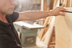 Ξυλουργός που τοποθετεί ένα ξύλινο χτύπημα Στοκ εικόνες με δικαίωμα ελεύθερης χρήσης