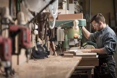Ξυλουργός που χρησιμοποιεί τη νέα τεχνολογία Στοκ εικόνες με δικαίωμα ελεύθερης χρήσης