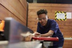 Ξυλουργός που χρησιμοποιεί το αεροπλάνο στην ξυλουργική Woodshop στοκ φωτογραφίες με δικαίωμα ελεύθερης χρήσης