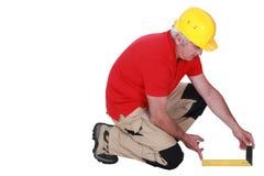 Ξυλουργός που χρησιμοποιεί set-square Στοκ εικόνα με δικαίωμα ελεύθερης χρήσης