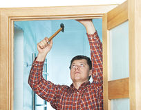 Ξυλουργός στην εγκατάσταση πορτών Στοκ φωτογραφία με δικαίωμα ελεύθερης χρήσης
