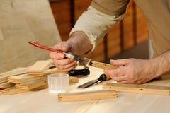 Ξυλουργός στην εργασία που κολλά το κομμάτι του ξύλου Στοκ φωτογραφία με δικαίωμα ελεύθερης χρήσης