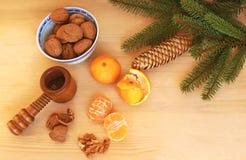 Ξύλα καρυδιάς και satsumus στον ξύλινο πίνακα στοκ εικόνα με δικαίωμα ελεύθερης χρήσης