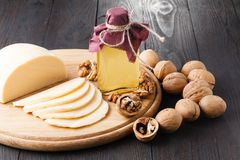 Ξύλα καρυδιάς στο κοχύλι, ξεφλουδισμένα ξύλα καρυδιάς και έλαιο ξύλων καρυδιάς Χρησιμοποιείται στη διαιτητική και υγιή διατροφή Η Στοκ Εικόνα