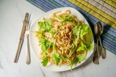 Ξύλα καρυδιάς Fettuccine Arugula σκόρδου στοκ φωτογραφίες