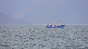 Ξύλινα αλιευτικά σκάφη Βιετνάμ Θαλασσών της Νότιας Κίνας απόθεμα βίντεο