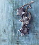 Ξύλινα αστέρια Χριστουγέννων στο χρωματισμένο ξύλο Στοκ Εικόνες