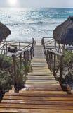 Ξύλινα βήματα - κάθοδος στην κυματίζοντας καραϊβική θάλασσα Κούβα, βραδύτατο νησί Cayo στοκ φωτογραφία με δικαίωμα ελεύθερης χρήσης