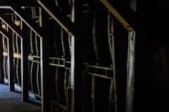 Ξύλινα βαρέλια ρουμιού ή ουίσκυ που συσσωρεύονται σε μια αποθήκη εμπορευμάτων στοκ εικόνες με δικαίωμα ελεύθερης χρήσης
