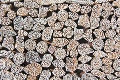 Ξύλινα γραμματόσημα που τυπώνουν το χέρι φραγμών που χαράζεται από τα artisans στην Ινδία Στοκ Εικόνα