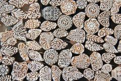 Ξύλινα γραμματόσημα που τυπώνουν το χέρι φραγμών που χαράζεται από τα artisans στην Ινδία Στοκ Φωτογραφία