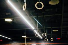 Ξύλινα γυμναστικά δαχτυλίδια στο εσωτερικό της σοφίτας γυμναστικής κανένας Στοκ Εικόνες