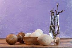 Ξύλινα διακοσμητικά αυγά, αυγά Πάσχας στον ξύλινο πίνακα, Στοκ εικόνα με δικαίωμα ελεύθερης χρήσης