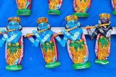 Ξύλινα είδωλα του Λόρδου Krishna, βιοτεχνίες στην επίδειξη Στοκ Εικόνες