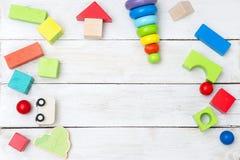 Ξύλινα εκπαιδευτικά πολύχρωμα παιχνίδια σε ένα ξύλινο υπόβαθρο αντίγραφο Στοκ Φωτογραφίες