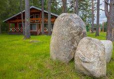 Ξύλινα εξοχικά σπίτια σπιτιών στα ξύλα Στοκ Φωτογραφία