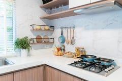 Ξύλινα εργαλεία κουζινών, εξαρτήματα αρχιμαγείρων Κρεμώντας κουζίνα χαλκού Στοκ Εικόνες