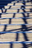 Ξύλινα κιγκλιδώματα σκιών σκαλοπατιών βέρτιγκου θερινής θερμότητας στοκ εικόνες