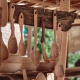 Ξύλινα κουτάλια και εξαρτήματα κουζινών που εκτίθενται υπαίθρια στην αγορά Στοκ Εικόνες