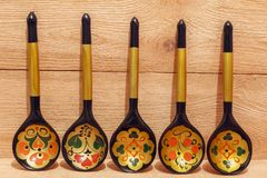 Ξύλινα κουτάλια με τη floral διακόσμηση σε ένα ξύλινο υπόβαθρο Στοκ φωτογραφίες με δικαίωμα ελεύθερης χρήσης