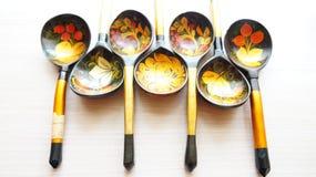 Ξύλινα κουτάλια που χρωματίζονται με τα λαϊκά σχέδια στοκ εικόνα με δικαίωμα ελεύθερης χρήσης