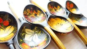Ξύλινα κουτάλια που χρωματίζονται με τα λαϊκά σχέδια στοκ φωτογραφίες με δικαίωμα ελεύθερης χρήσης