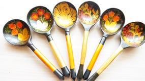 Ξύλινα κουτάλια που χρωματίζονται με τα λαϊκά σχέδια στοκ φωτογραφία με δικαίωμα ελεύθερης χρήσης