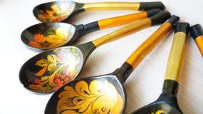 Ξύλινα κουτάλια που χρωματίζονται με τα λαϊκά σχέδια στοκ εικόνες