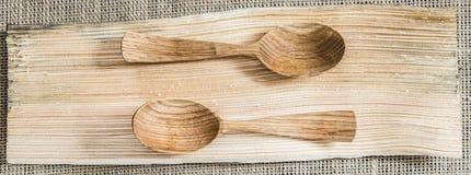 Ξύλινα κουτάλια σε έναν ξύλινο πίνακα σύστασης Τοπ όψη στοκ εικόνες