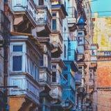Ξύλινα μπαλκόνια με τα παράθυρα σε Valletta, Μάλτα, cinematic styl στοκ φωτογραφία με δικαίωμα ελεύθερης χρήσης