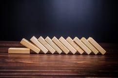 ξύλινα παιχνίδια φραγμών για την επίδραση ντόμινο Στοκ Φωτογραφία