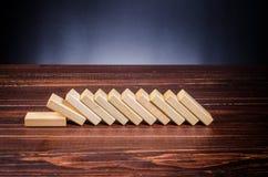 ξύλινα παιχνίδια φραγμών για την επίδραση ντόμινο Στοκ φωτογραφία με δικαίωμα ελεύθερης χρήσης