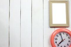Ξύλινα πλαίσιο και ρολόι σε οκτώ η ώρα στοκ φωτογραφία