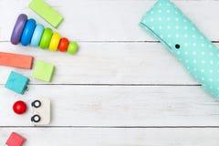 Ξύλινα πολύχρωμα παιχνίδια σε ένα ξύλινο υπόβαθρο διάστημα αντιγράφων Στοκ Φωτογραφίες