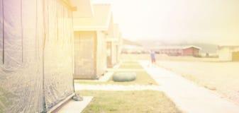 Ξύλινα σπίτια στρατοπέδευσης εμβλημάτων Defocus από το διάστημα αντιγράφων υποβάθρου φύσης προοπτικής χορτοταπήτων διαδρομής θάλα Στοκ Εικόνα