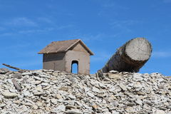 Ξύλινα σπίτι και κούτσουρο Στοκ Εικόνα