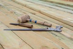 Ξύλινα σφυρί, σμίλη και hacksaw Ξυλουργός ΕΡΓΑΛΕΙΩΝ στοκ εικόνα με δικαίωμα ελεύθερης χρήσης