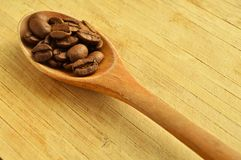 Ξύλινα φασόλια κουταλιών και καφέ Στοκ εικόνα με δικαίωμα ελεύθερης χρήσης