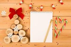 Ξύλινα χριστουγεννιάτικο δέντρο και σημειωματάριο Χρυσή μάνδρα Κάλαμος καραμελών στοκ φωτογραφία με δικαίωμα ελεύθερης χρήσης