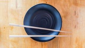 Ξύλινα Chopsticks & κεραμικό επιτραπέζιο σκεύος Στοκ Φωτογραφία
