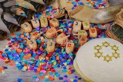 Ξύλινα dreidels Chanukah σε μια ξύλινη επιφάνεια Στοκ Εικόνα
