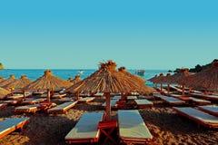 Ξύλινα parasols στην παραλία στοκ εικόνα