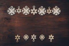 Ξύλινα snowflakes σε ένα σκοτεινό υπόβαθρο Στοκ φωτογραφίες με δικαίωμα ελεύθερης χρήσης