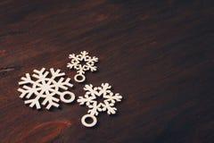 Ξύλινα snowflakes σε ένα σκοτεινό υπόβαθρο Στοκ φωτογραφία με δικαίωμα ελεύθερης χρήσης